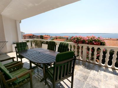Photo for Three bedroom apartment with terrace and sea view Mandre (Pag)