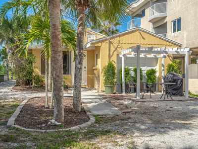Photo for 3 Beds/ 2 Bath directly on the Gulf of Mexico. Rooftop deck with amazing views!