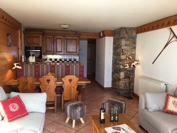 luxury apartment at the foot of the slopes, indoor pool.