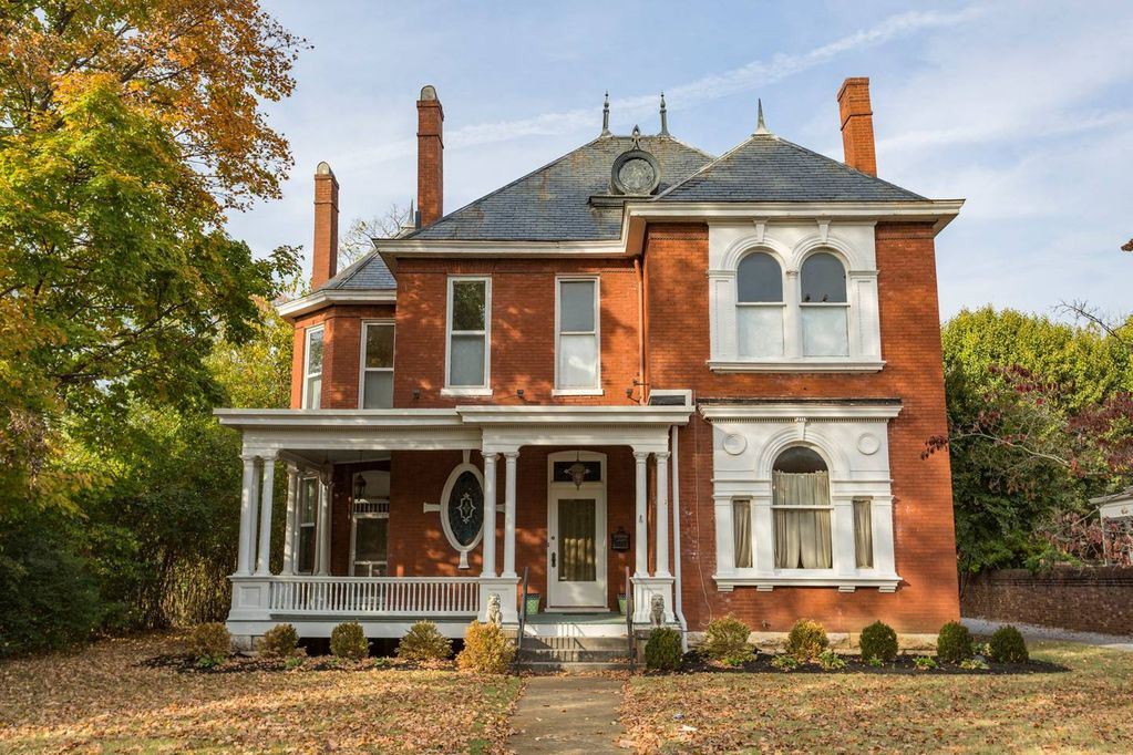 Beautiful Victorian Home Right Off The Downtown Square