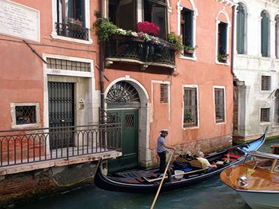 Lovely central apartment with a romantic canal view