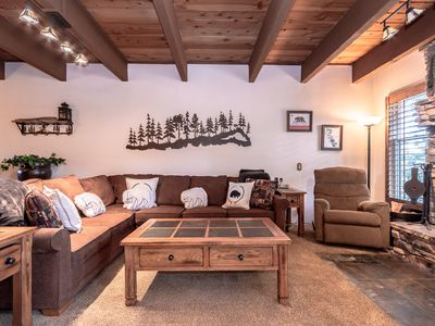Pet Friendly & Cozy Mountain Condo, short drive to golf, & short walk to Village