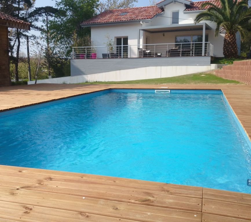 Maison contemporaine piscine chauff e proximit plage d for Piscine hendaye
