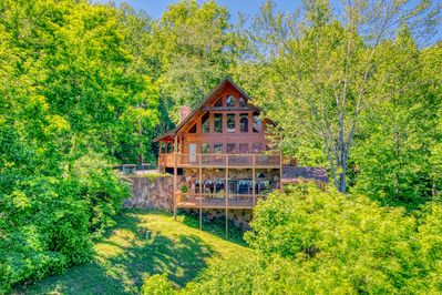 Hillbilly Hilton in Gatlinburg - Five Bedroom Cabin with Mountain Views, privacy, and large entertainment (game) room