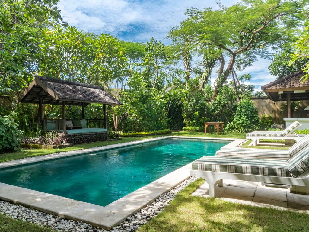 The Colonial White House Villa, 3bed, feature gardens, close to ...