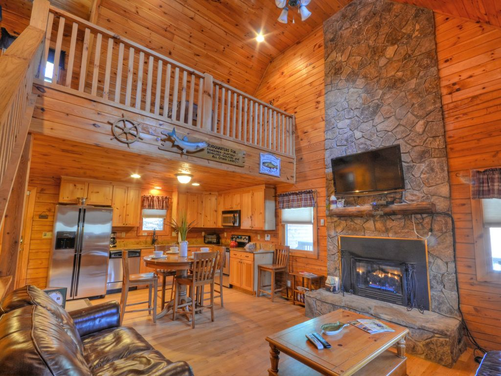 Forest lake cabin 3 bedroom sleeps 9 almond smoky for Gatlinburg cabins with fishing access