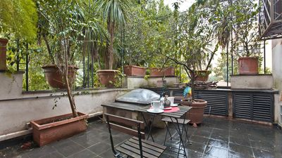 Photo for Botanical Garden Loft 1801 apartment in Trastevere with air conditioning & private garden.