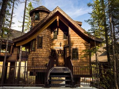 Tamarack Chalet at Snow Bear Chalets. Park just by the bridge to your treehouse, just steps from the slopes!