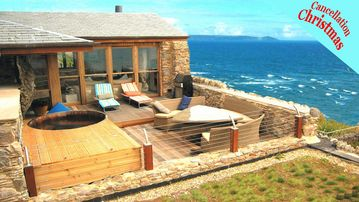 Luxury Self Catering Cornwall Coastal Cottage with Hot Tub, 30 meters to Beach