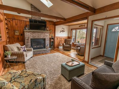 LAKE VIEWS! Cottage w/ lake access and 4 kayaks.  AC, Towels & Linens