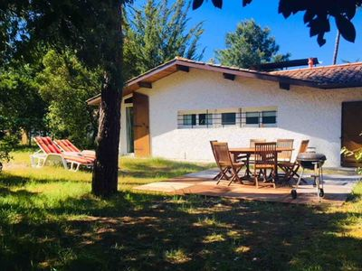 Photo for Comfortable villa with large enclosed garden of 2000 m2 planted with pine trees.