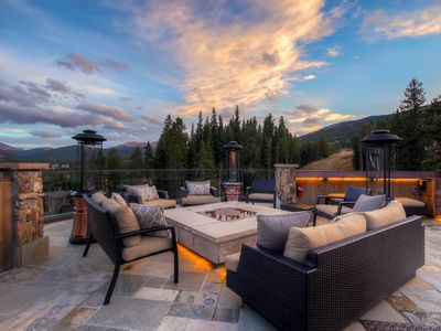 Spectacular Rooftop Patio With Gas Firepit And Views!