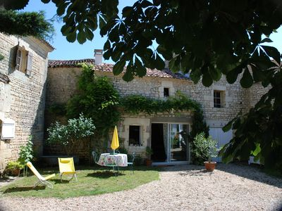 Photo for Emma's Cottage cottage quiet in the vineyards 3km from the town. Near Royan