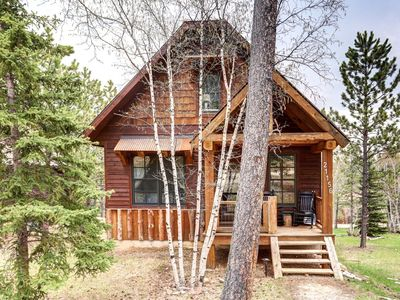 Photo for Family-friendly cabin in Development with Clubhouse and outdoor Pool!