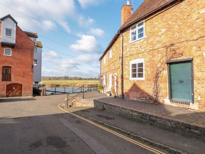 Photo for RIVER COTTAGE, pet friendly, with a garden in Tewkesbury, Ref 988216