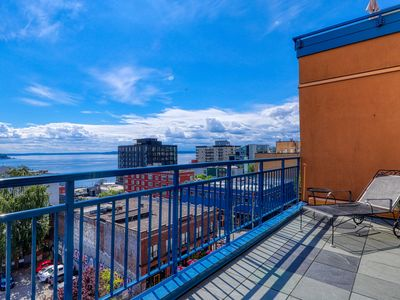 Gorgeous apartment in business district w/ community hot tub and swimming pool