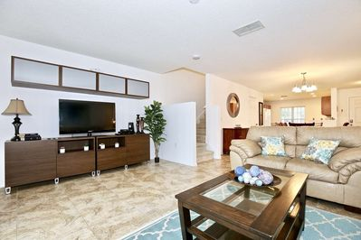 Spacious & Bright Family Living Room w/Leather Seating & Flat Screen TV