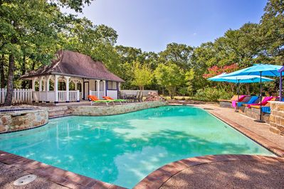Choose between a private pool and Lewisville Lake at this Copper Canyon home!