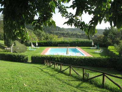 Photo for Cosy apartment with pool, WIFI, A/C, TV, patio, panoramic view, parking, close to San Gimignano