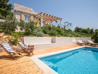 Lovely secluded villa close to the sea and within walking distance from restaurants and the town.