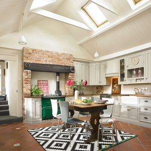 Rose Cottage: The bright and spacious kitchen with all modern conveniences