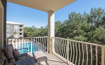 Seagrove condo with community pool, 2 bikes.