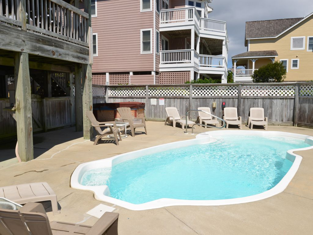 Beacham 136 OBX Beach Living Close to it All with Hot Tub