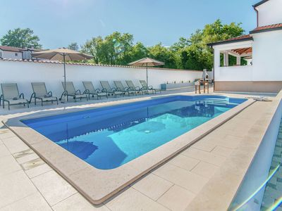 Photo for Modern villa in a quiet setting, private pool and sun deck, near Porec