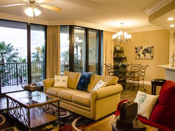 Dog-Friendly, ON THE WATER, & Perfect for the Family with Waterpark!