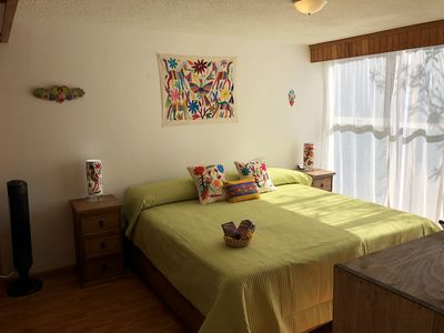 Beautiful Sunlit Private Room, King Sized Bed. Walk to Coyoacan Center!