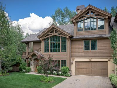 Warm, Welcoming  Designer's Mountain Home With Sophistication, Ease And Comfort.