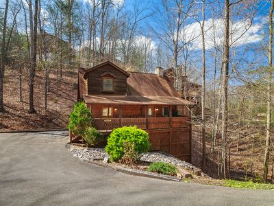 Photo for 3 MINUTES FROM THE PARKWAY! HOT TUB,JACUZZI,COZY COZY COZY!!!