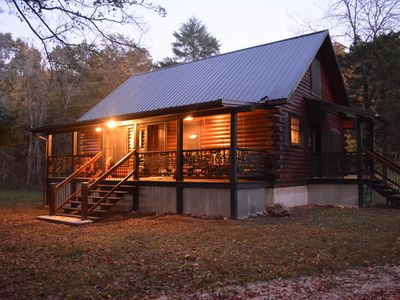 Prairie Hollow Hideaway, cozy 3-bedroom log cabin located 1 mile from Two Rivers