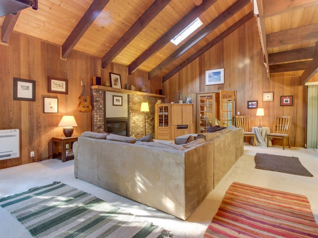 Property Image#3 Spacious Mt. Hood Lodge With Private Backyard Hot Tub And  Shared