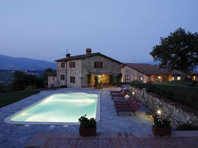 Photo for Panoramic villa located in the centre of Tuscany with heated pool