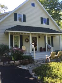CHASEHOUSE, Charming 3 Bedroom 2 Bath House Nestled Off Beaten Path