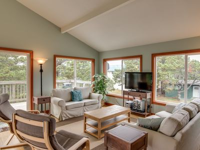 Photo for 4 Bedroom, Hot Tub, 1/2 Block to the Beach, Pet Friendly.   Great Beach Access.