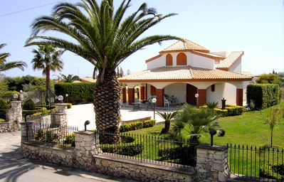 Photo for Well equipped villa in Spanish style, Marispica