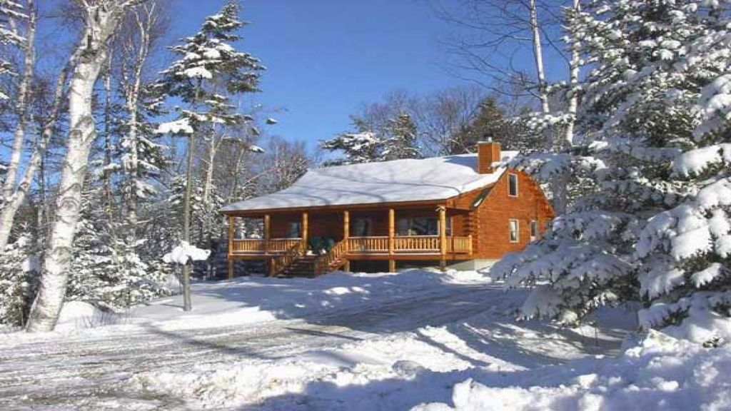 Best snowmobile ski area in maine vrbo for Cabin rentals in maine with hot tub