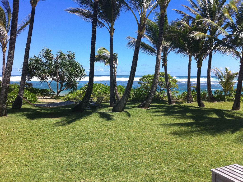 Ocean front cottage with 2 bedrooms hale makai cottages for Beach front cottage