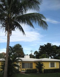 Charming Bungalow, Close to Beach and Town!