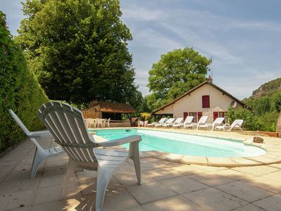Photo for Cottage on an estate with a swimming pool in the middle of the Perigord.
