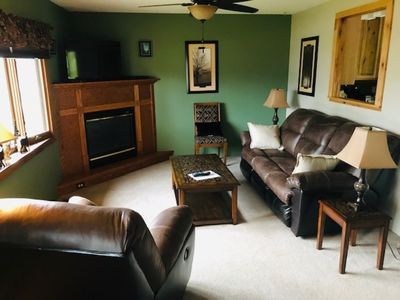 Comfortable living room w gas fireplace
