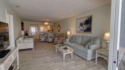 2BR Ground Level Condo w/Pool, 10 Minutes to Beaches with golf Course Views