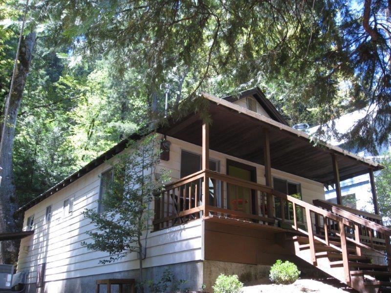 Shasta retreat cabin steps from the sacramento river for Mount shasta cabins for rent