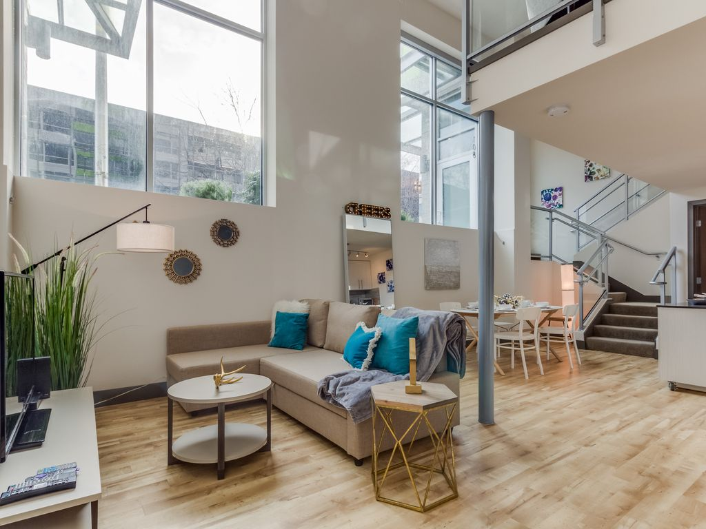 Dog friendly design condo avec un loft ciel salon et une for Salon de ciel
