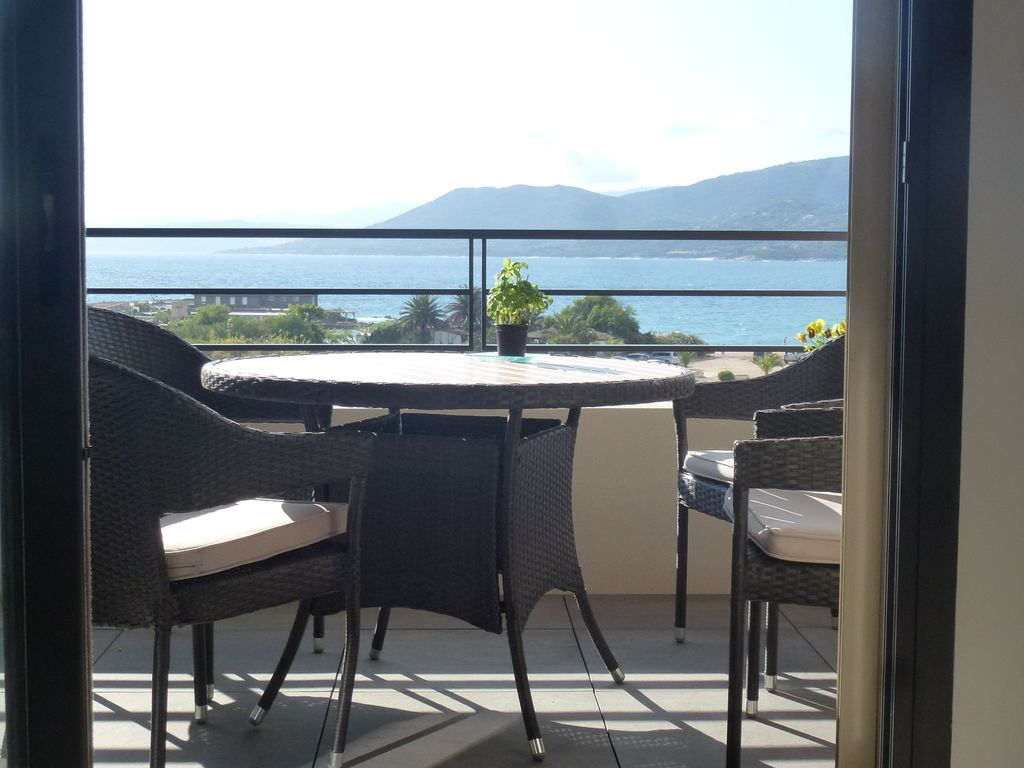 appartement t2 neuf vue mer climatise terrasse 10m2 plages 5 propriano location de. Black Bedroom Furniture Sets. Home Design Ideas