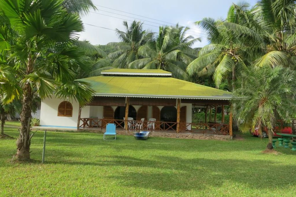 Praslin house villa praslin in front of the sea for Casa con jardin al frente