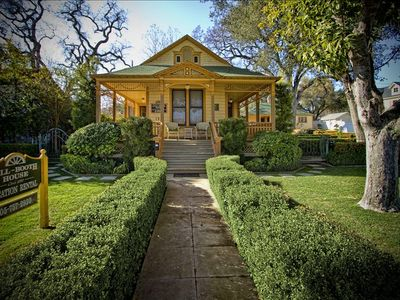 1890 Beautifully restored Victorian, downtown nestled among 100 year old trees