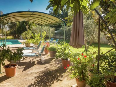 Photo for Attractive villa with private swimming pool and large garden, nearby Avignon